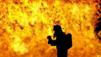 pompier devant les incendies australie